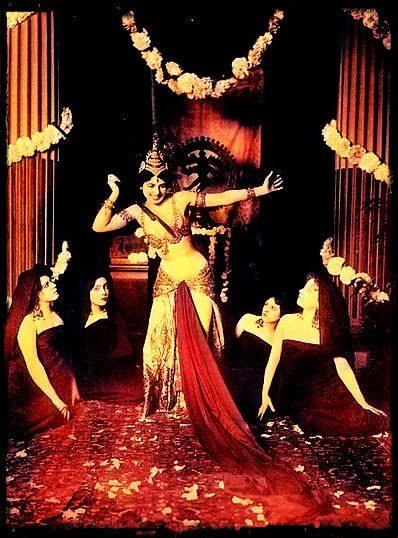 Mata Hari en su debut, en el Museo de Arte Oriental (Museo Guimet de París), como bailarina de Java (Indondesia).