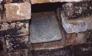 Tablilla con la maldición de l tumba de Yaba reina asiria en el Palacio de Nimrud