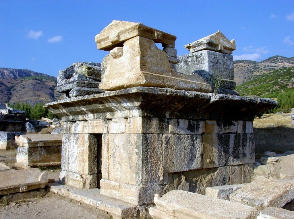 monumento en la necrópolis romana