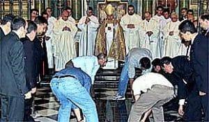 Entierro definitivo de D. Alonso Suarez de la Fuente del Sauce obispo momificado e insepulto de Jaén, guardado en una cajonera durante siglos
