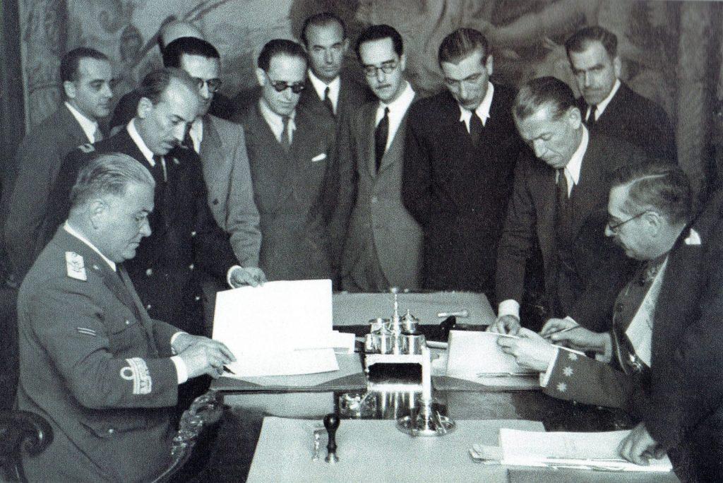 Firma del acuerdo entre el embajador de Italia en Madrid y el Ministro de Exteriores español 1940 por la ayuda italiana en la guerra civil española