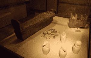 Tumba con vasos conopos