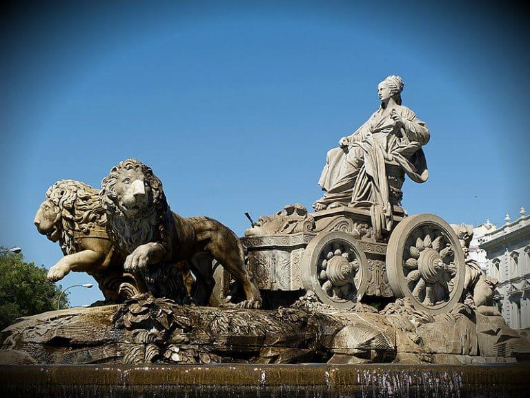 ¿Por qué Cibeles va montada en un carro tirado por leones?