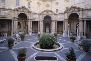 Galería de las estatuas origen de los Museos Vaticanos en la Ciudad del Vaticano la Corte papal