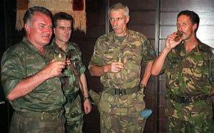 Karremans y Mladić brindan con aguardiente horas antes de la matanza Srebrenica