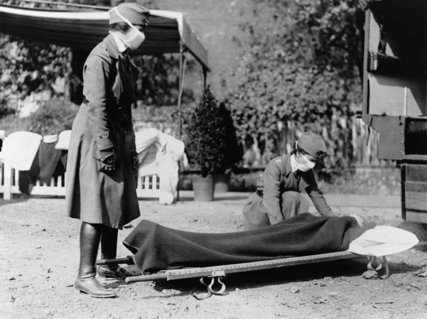 Enfermera ante uno de los fallecidos por la gripe española