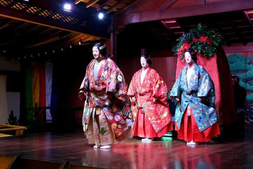 Actores de noh interpretando Harogomo
