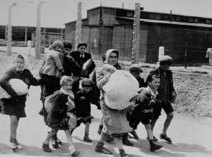 Grupo de mujeres y niños dirigiéndose a las cámaras de gas de Auschwitz - maternidad durante el holocausto judío