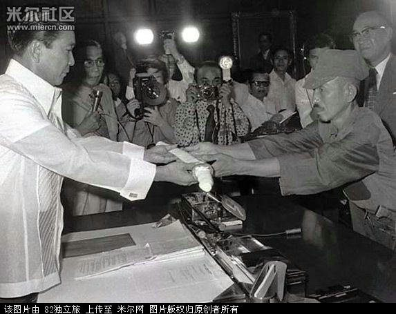 Onoda entregando su sable al presidente Ferdinand Marcos