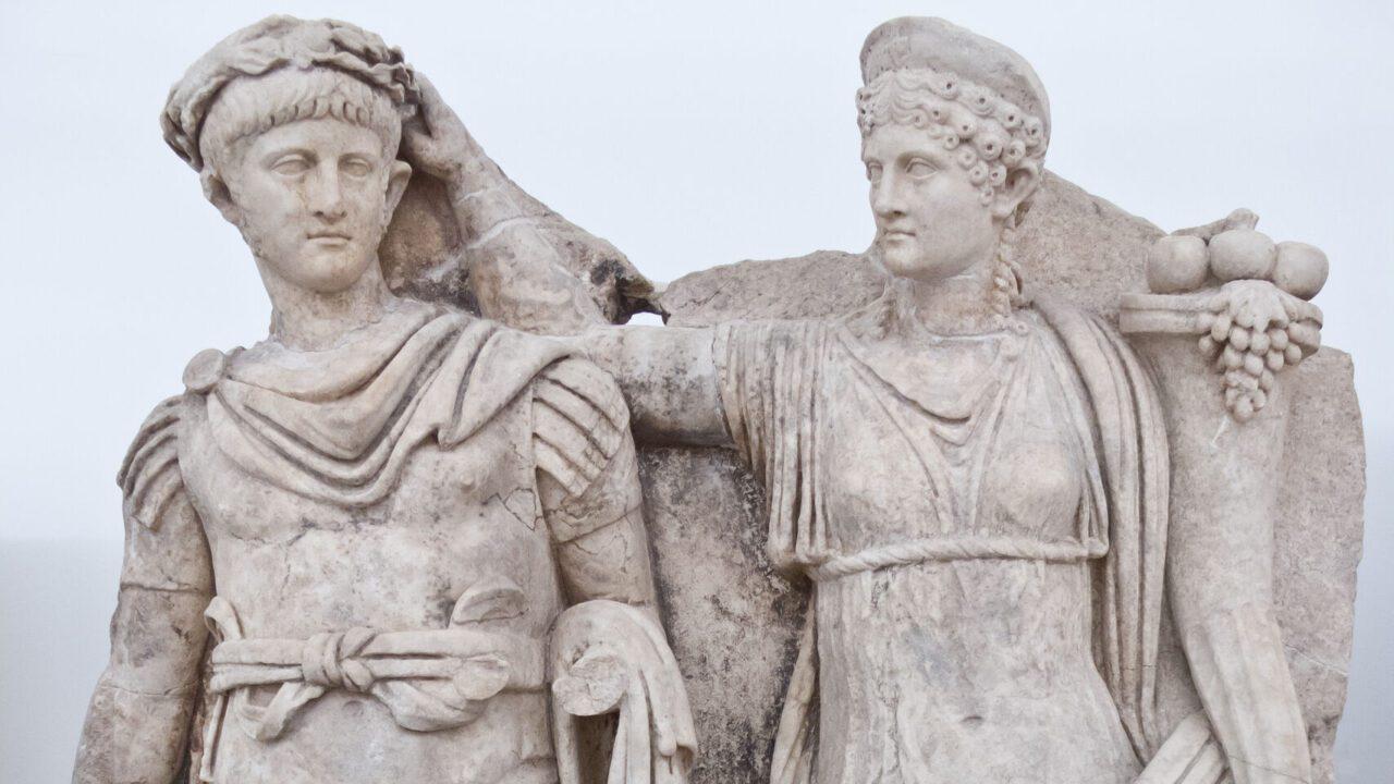 Estatua de Agripina la Menor y su hijo Nerón