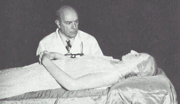 Pedro Ara junto al cuerpo embalsamado de Evita Perón