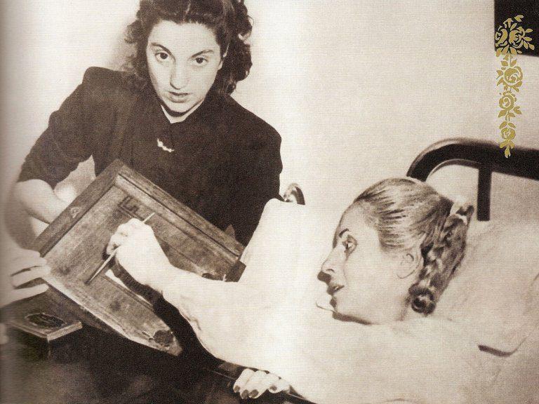 Evita votando por primera y única vez desde el hospital en 1951