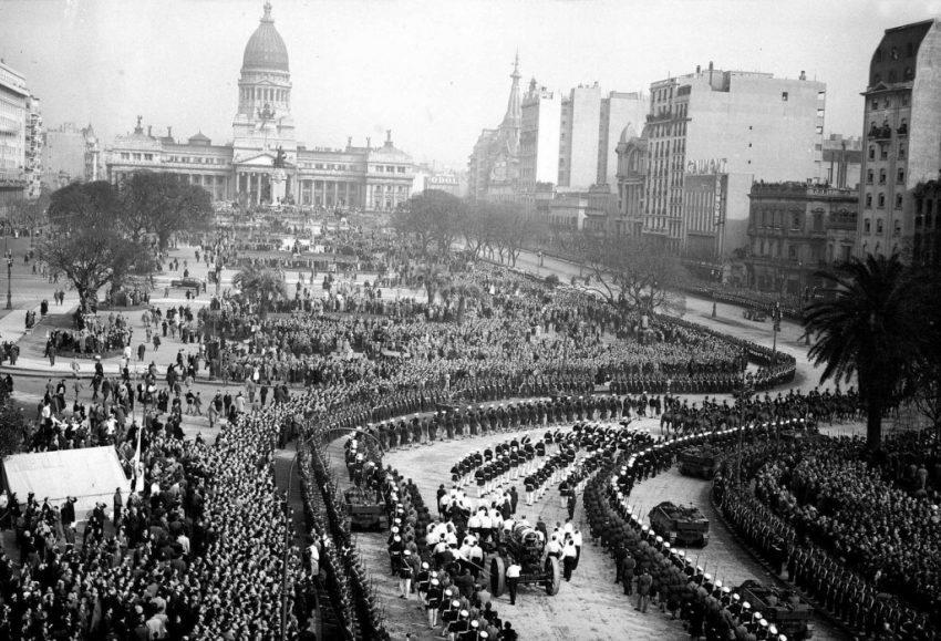 Funeral de Evita Perón en la Plaza de los Congresos de Buenos Aires.