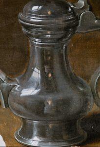 """Fragmento del cuadro """"Bodegón con flores"""" donde se puede apreciar el detalle del autorretrato de Clara Peeters"""