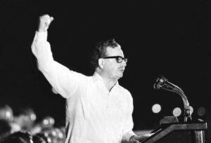 Salvador Allende durante uno de sus mítines, con el puño en alto