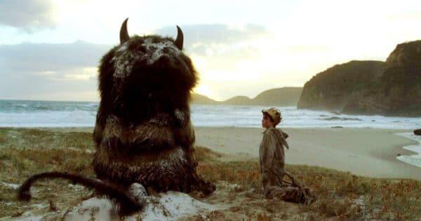 """Monstruo mirando el horizonte. Escena de la película """"Donde viven los monstruos"""""""