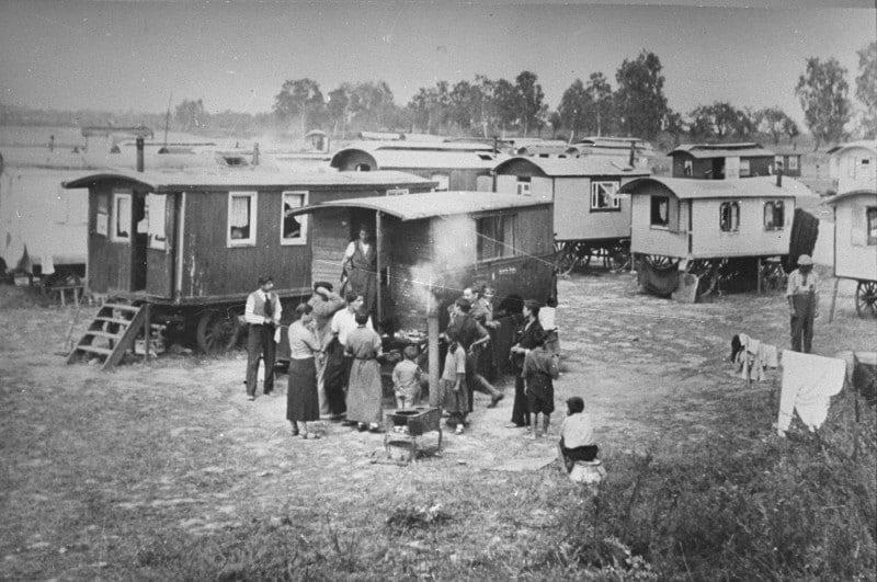 Grupo de gitanos romaníes en Marzahn - porrajmos genocidio gitano