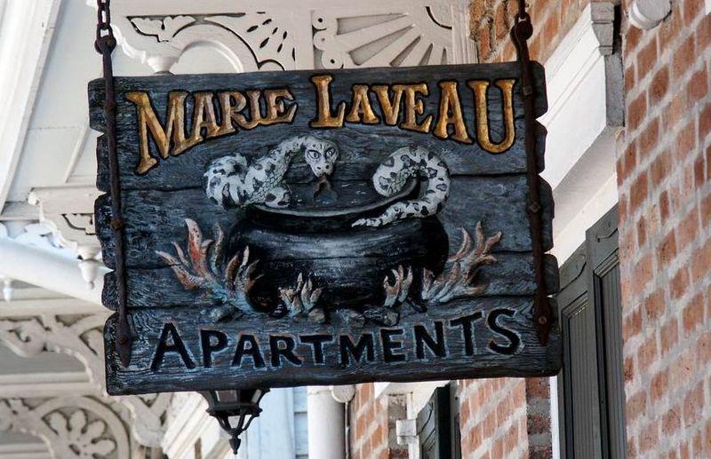 empoderamiento femenino en Nueva Orleans Letrero en la casa donde vivió Marie Laveau