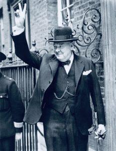 Winston Churchill en la puerta del número 10 de Downing Street.
