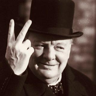 """Winston Churchill con la """"V"""" de victoria."""
