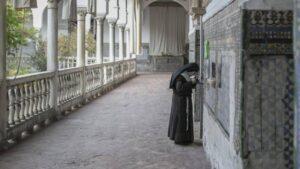 La madre abadesa de Santa Inés en el claustro del convento. ABC Sevilla