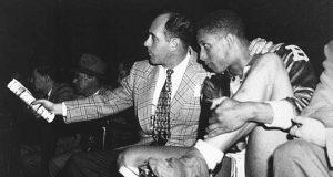 Chuck Cooper junto a Red Auerbach, entrenador de los Celtics desde 1950 hasta 1967.