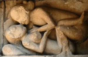 Relieve románico de la Iglesia de San Pedro de Tejada en Burgos, busca educar en la ética sexual de la Iglesia al fiel